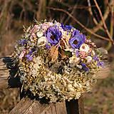 Dekorácie - Prírodný venček s modrými anemonkami - 10456514_