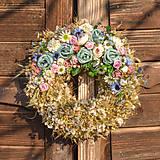 Dekorácie - Prírodný venček s modrými ružičkami - 10460202_