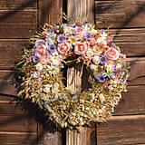 Dekorácie - Prírodný venček s ružovými ružami - 10460393_