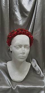 Kvetinová červená čelenka na redový tanec
