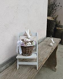Dekorácie - Jarná dekorácia so zajkom na drevenej stoličke - 10463121_