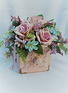 Dekorácie - kvetinová ikebana v ružovom šuflíčku - 10463278_