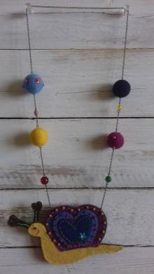Náhrdelníky - Plstený náhrdelník so slimáčikom - 10461144_