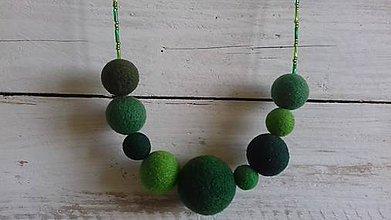 Náhrdelníky - plstený náhrdelník - zelený s tyčinkovými korálkami - 10461826_