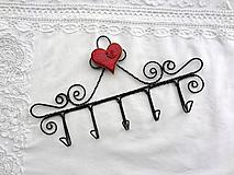 - srdce z porcelánu...folk vešiak (symetrické srdiečko s bledým okrajom) - 10466891_