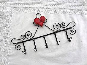 Nábytok - srdce z porcelánu...folk vešiak (symetrické srdiečko s bledým okrajom) - 10466891_