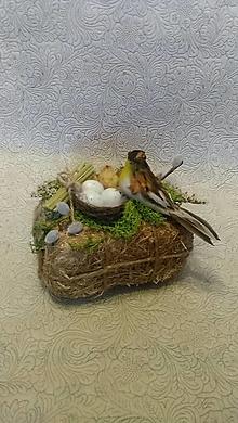 Dekorácie - prírodná veľkonočná dekorácia s vtáčikom a hniezdom na sene - 10465933_