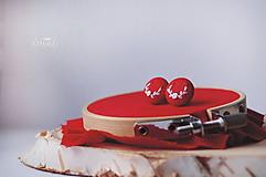 Náušnice - Biele polvenčeky v červenom objatí - malé - 10465913_