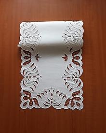 Úžitkový textil - Zľava z 80 na 60 eur! Richelieu - Listy v tvare kvetu, biela, 35 x 101 cm - 10464688_