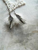 Náušnice - čierno-biele náušnice z peria - 10465492_