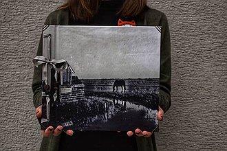 Papiernictvo - Fotoalbum klasický, polyetylénový potlačený obal s autorskou ilustráciou ,,Koník z Markenu,, - 10465832_
