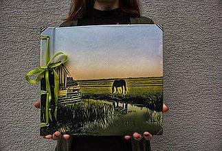 Papiernictvo - Fotoalbum klasický, polyetylénový potlačený obal s autorskou ilustráciou ,,Koník z Markenu,, (Zelená) - 10465837_
