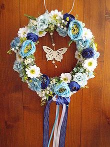 Dekorácie - Jarný aj celoročný modro-biely veniec s motýľom 32cm - 10466156_