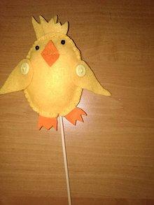 Dekorácie - Kuriatko s otvoreným zobáčikom na špajdli - 10471600_