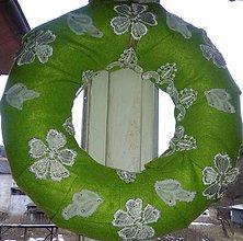 Dekorácie - Jarný  zelenobiely čipkovaný venček - 10471636_