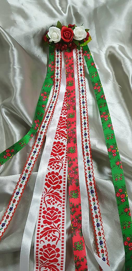 Kvetinový hrebienok s folklórnými stuhami vhodný na redový tanec