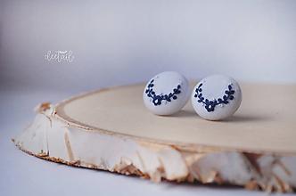 Náušnice - Tmavo modré polvenčeky v bielom objatí - stredné - 10479469_