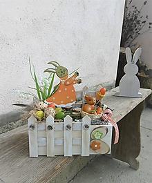 Dekorácie - Jarná dekorácia so zajacom v záhradke - 10485215_