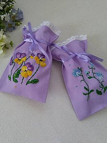 Úžitkový textil - V záhradke (ručne vyšívané vrecúška) - 10484037_