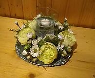 Dekorácie - aranžmán, dekorácia  so zelenými pivóniami a plávajúcou sviečkou - 10485694_