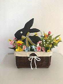 Dekorácie - Sivý zajačik v košíku - 10486316_