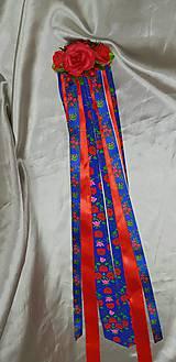 Červený kvetinový hrebienok s modrými stuhami s ľudovým motívom