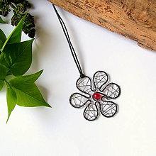 Náhrdelníky - prívesok tepaná kvetinka (Červená) - 10488427_