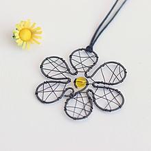 Náhrdelníky - prívesok tepaná kvetinka (Žltá) - 10488439_