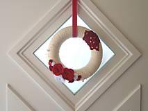Dekorácia na dvere (Veniec krémový s červenou)