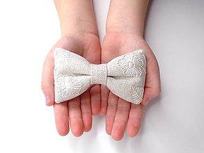 Detské doplnky - Vyšívaná mašlička na sponke (Režná trblietavá s bielymi kvetmi) - 10486613_
