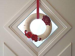Dekorácie - Dekorácia na dvere (Veniec krémový s červenou) - 10486768_