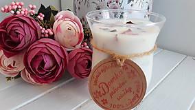 Svietidlá a sviečky - Sviečka zo sójového vosku s lupienkami ruží v skle - 10488725_