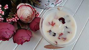 Svietidlá a sviečky - Sviečka zo sójového vosku s lupienkami ruží v skle - 10488727_
