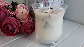 Svietidlá a sviečky - Sviečka zo sójového vosku s lupienkami ruží v skle - 10488728_