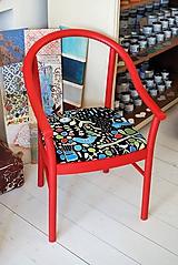 Červená stolička s čalúnením