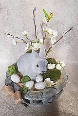 Dekorácie - veľkonočná dekorácia v drevenej miske so zajačikom - 10490837_