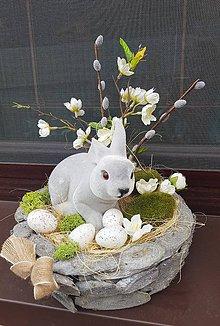 Dekorácie - veľkonočná dekorácia v drevenej miske so zajačikom - 10490838_