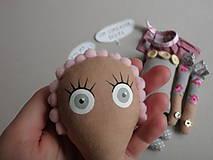 Hračky - Gombíková bábika Beky - 10493424_
