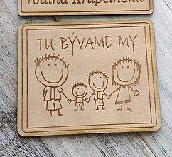 """Tabuľky - Tabuľka na dvere """"TU BÝVAME MY"""" (rodinka 2 deti + menovka) - 10492423_"""