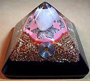 Dekorácie - Orgonitová pyramídka s ruženínom, horským kryštálom, filigránou a keltskými špirálami - 10502827_