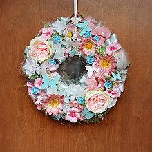 Dekorácie - Veniec na dvere s motýlikmi, ružovo pepermintový - 10502198_