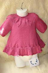 Pletené detské šaty staroružové
