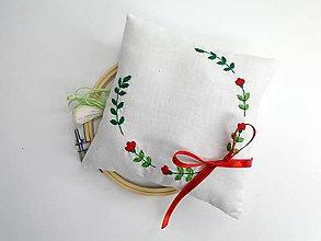 Prstene - Vyšívaný svadobný vankúšik pod obrúčky (Veniec s červenými kvetmi) - 10500379_