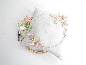 Prstene - Vyšívaný svadobný vankúšik pod obrúčky (Veniec s marhuľovými kvetmi) - 10500401_