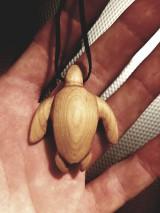 Náhrdelníky - Drevený prívesok, morská korytnačka - 10503173_