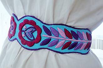 Opasky - Prudko výrazný ručne vyšívaný folkový opasok - bledý tyrkys - 10501698_