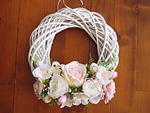 - Jemne ružovo-biely veniec s dreveným kvietkom 33cm - 10505683_