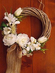 Dekorácie - Prírodný veniec v bielom s jutovou mašľou - 10506247_