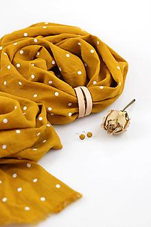 Šatky - Zlatožltá veľká bodkovaná šatka z ľanu s koženým remienkom (šatka s prírodným koženým remienkom) - 10509520_