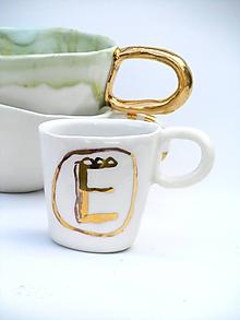 Nádoby - šálka preso so zlatou glazúrou a písmenom - 10509684_